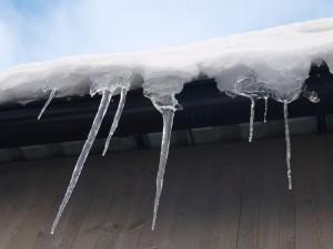 istappar på snöhäng tak